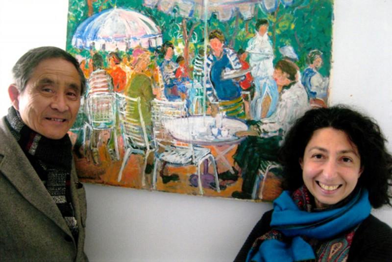 フランスのブリックベックでの展覧会で、ご自身の作品の横に立つ中村一雄さん